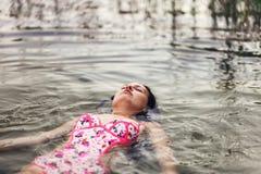 Repos de jeune femme Image libre de droits