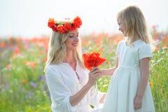Repos de mère et de descendant Mère de sourire et petite fille Photos stock