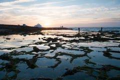 Repos de personnes sur l'océan photographie stock