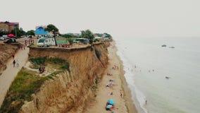 Repos de personnes sur la plage sauvage Sanjeika avec leurs familles banque de vidéos
