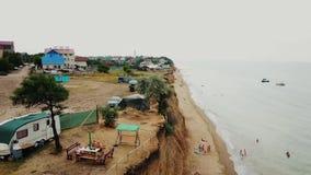 Repos de personnes sur la plage sauvage Sanjeika avec leurs familles clips vidéos