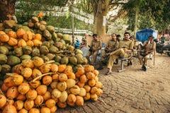 Repos de policiers pendant une patrouille dans l'Inde Image stock