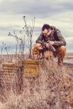 Repos de randonneur et de chien Images libres de droits