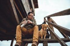 Repos de randonneur et de chien Image libre de droits