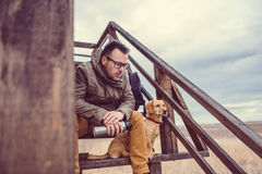 Repos de randonneur et de chien Photos libres de droits