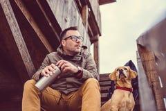 Repos de randonneur et de chien Photo stock