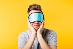 Repos de sourire de relaxation de soin de masque de sommeil d'homme image libre de droits