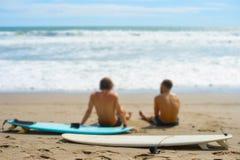 Repos de surfers sur la plage Photographie stock libre de droits