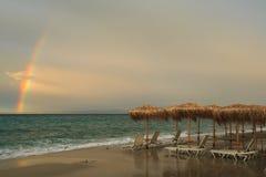 Repos doux le soir au coucher du soleil du jour sous des parapluies Photographie stock