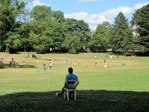 Repos en beau parc de ville dans la ville du Luxembourg images libres de droits