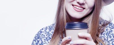 Repos et pauses-café au travail Une belle femme d'affaires apprécient Photographie stock libre de droits