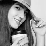 Repos et pauses-café au travail Une belle femme d'affaires dans a Image libre de droits