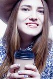 Repos et pauses-café au travail Une belle femme heureuse d'affaires Photos stock