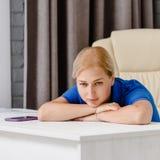 Repos fatigué d'esthéticien photo stock