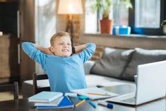Repos heureux positif de garçon Photographie stock libre de droits