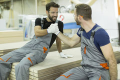 Repos masculin de travailleurs images stock