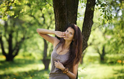Repos mignon de femme en parc photographie stock libre de droits