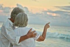 Repos plus âgé de couples à la plage tropicale Photo stock