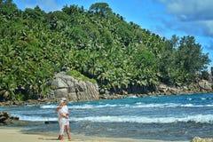 Repos plus âgé de couples à la plage tropicale Photographie stock