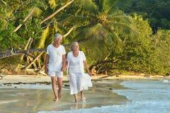 Repos plus âgé de couples à la station de vacances tropicale Photos libres de droits