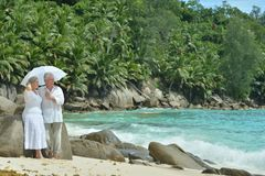 Repos plus âgé de couples à la station de vacances tropicale Image stock