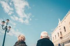 Repos plus âgé de couples à Venise Image stock