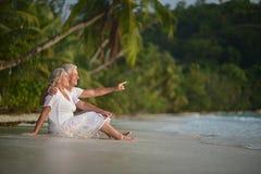 Repos plus âgé heureux de couples Image libre de droits