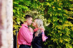 Repos pour deux personnes en parc Amour Photos stock