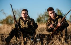 Repos pour le vrai concept d'hommes Chasseurs avec des fusils détendant dans l'environnement de nature Chasse avec des loisirs de image libre de droits