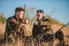 Repos pour le vrai concept d'hommes Chasseurs avec des fusils d?tendant dans l'environnement de nature Chasse avec des loisirs de image libre de droits