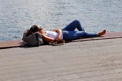 Repos près de l'eau Photographie stock libre de droits