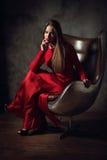 Repos romantique de jeune dame à la chaise Image libre de droits