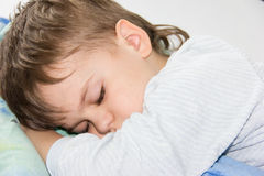 Repos sain de sommeil de fils de garçon de sommeil Photos libres de droits