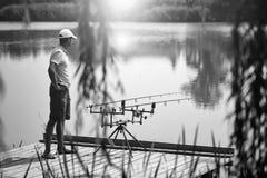 Repos sur la pêche Pêcheur aîné Photos libres de droits