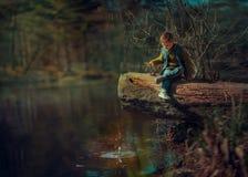 Repos sur la rivière images stock