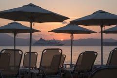 Repos sur le rivage et sur un bateau de croisière photo libre de droits