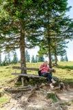 Repos sur un banc en bois images libres de droits