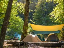 Repos utile dans des tentes dans le sauvage photos libres de droits