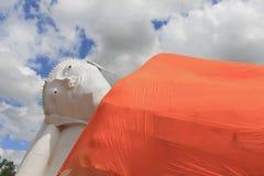 Reposer de Bouddha dans le temple Angthong, la Thaïlande sur le ciel Photographie stock