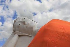 Reposer de Bouddha dans le temple Angthong, la Thaïlande sur le ciel Image libre de droits
