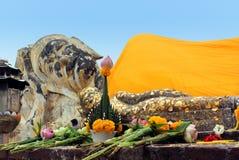 Reposer grand et petit Bouddha chez Wat Lokayasutharam photographie stock libre de droits