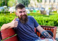 Reposez-vous et détendez le concept Homme barbu avec la coupe de cheveux fraîche détendant, fond urbain Le hippie apprécient le j Photo stock