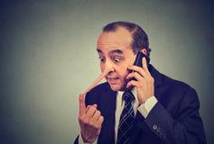 Représentant de service client de menteur Homme avec le long nez parlant sur le mensonge de téléphone portable images libres de droits