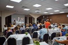 Représentants de personnes et de presse en café Photo stock