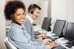 Représentants de service client fonctionnant dans le bureau photos libres de droits