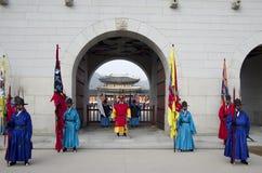 Représentation changeante de gardes au palais Corée de Gyeongbokgung Images stock