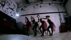 Représentation contemporaine de danse de quatre danseurs banque de vidéos