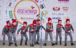 Représentation d'ensemble de danse d'enfants de Maslenitsa Photos stock