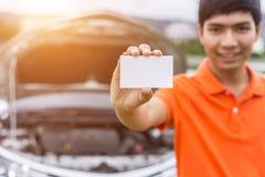 Représentation d'homme d'Aian/tenant le blanc du livre blanc ou de la carte de visite professionnelle de visite i photos libres de droits