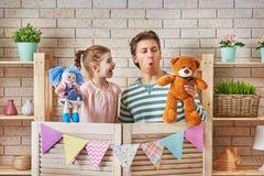 Représentation dans le théâtre de marionnette Images stock